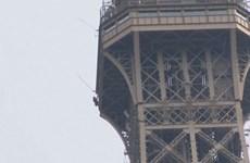 Pháp: Tháp Eiffel đóng cửa do một đối tượng tìm cách trèo lên