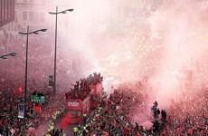 'Biển người' chìm trong sắc đỏ chào đón nhà vô địch Liverpool