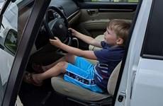 [Video] Bé trai 4 tuổi gây sốc khi tự lái ôtô đi mua kẹo