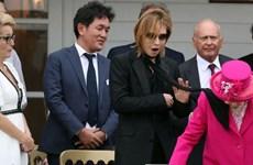 Thủ lĩnh X Japan hốt hoảng vì khăn quàng bay lên người Nữ hoàng Anh