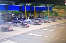 [Video] Xe ôtô BMW lao như bay vào trạm thu phí gây tai nạn