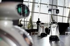Độc đáo robot cọ rửa, lau chùi nhà vệ sinh và... đọc rap tiếng Anh