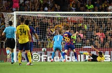 """Sao trẻ 'đốt lưới nhà,"""" Arsenal dâng cúp cho Barcelona"""