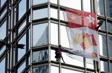 'Người nhện' Pháp leo cao ốc Hong Kong, treo biểu tượng hòa bình