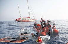 Tàu cứu hộ mắc kẹt, nhiều người di cư nhảy xuống biển
