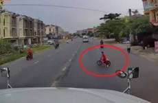 Tài xế container bẻ lái xuất thần cứu mạng bé trai trong gang tấc
