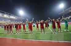 Cầu thủ Việt Nam tri ân người hâm mộ sau khi đánh bại Malaysia