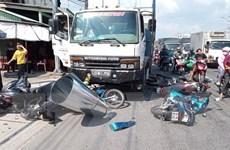 Ôtô tông hàng loạt xe máy dừng đèn đỏ, nhiều người bị thương