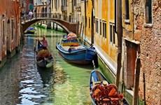 Người chèo thuyền gondola ở Venice chung tay làm sạch lòng kênh
