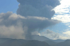 Nhật Bản nâng mức cảnh báo về núi lửa Shinmoe phun trào