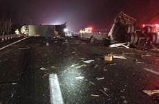 Mỹ: Xe buýt đâm xe kéo khiến ít nhất 19 người bị thương