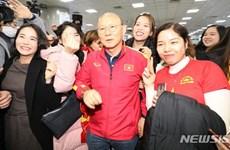Người hâm mộ vây kín thầy Park khi U23 Việt Nam đặt chân đến Hàn Quốc