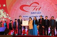 Phó Thủ tướng Vũ Đức Đam trao quà cho công nhân lao động Bắc Ninh