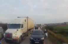 [Video] Tài xế phải lùi xe cả trăm mét vì cố tình vượt ẩu