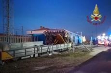 Italy: Tàu cao tốc trật bánh khỏi đường ray, gây nhiều thương vong