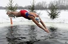 [Video] Đắm mình trong nước lạnh giá để rèn luyện sức khỏe