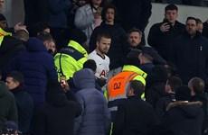 Tottenham bị loại, Eric Dier trèo lên khán đài đánh cổ động viên