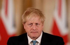 Thủ tướng Anh Boris Johnson được hỗ trợ thở bằng bình oxy