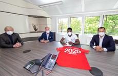 Bayern gia hạn hợp đồng với 'vua tốc độ' Davies đến năm 2025