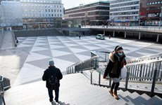 Thụy Điển mở rộng xét nghiệm, Canada sẽ tiêm chủng trên diện rộng