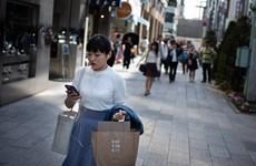 Thành phố đầu tiên ở Nhật Bản cấm người đi bộ sử dụng điện thoại