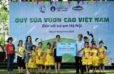 Vinamilk và Quỹ sữa Vươn cao Việt Nam trao tặng sữa cho trẻ em Hà Nội