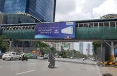 Hà Nội sẽ tổ chức cưỡng chế tháo dỡ quảng cáo vi phạm ở cầu vượt đi bộ