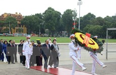 [Photo] Các đại biểu Quốc hội vào Lăng viếng Chủ tịch Hồ Chí Minh