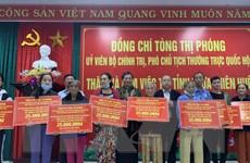 Phó Chủ tịch Thường trực Quốc hội tặng quà người dân ở Thừa Thiên-Huế