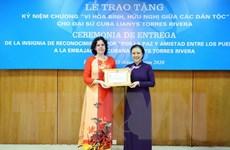 Trao Kỷ niệm chương tặng Đại sứ Cuba tại Việt Nam Lianys Torres Rivera