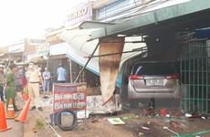 Bình Phước: Xe ôtô tông sập quán ăn, một người bị thương nặng