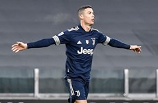 Cristiano Ronaldo san bằng kỷ lục ghi bàn nhiều nhất lịch sử bóng đá