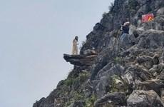 Hà Giang: Dùng lưới thép rào chắn khu vực đường lên 'mỏm đá tử thần'