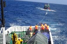 Khánh Hòa: Tàu Kiểm ngư tiến hành lai dắt tàu cá bị nạn vào bờ