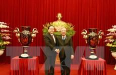 Tiếp nhận Cúp Lạc Hồng tặng Đại hội lần thứ XIII của Đảng
