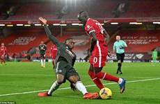 Premier League: Liverpool-M.U chia điểm, Man City lên nhì bảng