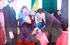 Phó Thủ tướng tặng quà người nghèo, công nhân lao động tỉnh Nam Định