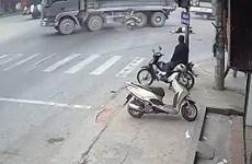 Vượt đèn đỏ, hai phụ nữ đi xe máy thiệt mạng do va chạm với ôtô