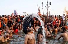 Ấn Độ: Chen chúc trong lễ hội tắm sông Hằng bất chấp dịch COVID-19