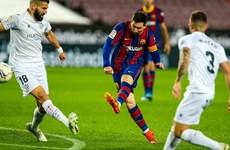 Lionel Messi tỏa sáng giúp Barcelona bám sát Atletico Madrid