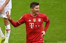 Lewandowski lập hat-trick, Bayern tiến bước dài đến ngôi vương
