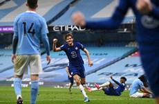 Thua ngược Chelsea, Man City chưa thể sớm vô địch Premier League