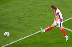 Modric đi vào lịch sử EURO với siêu phẩm trivela vào lưới Scotland
