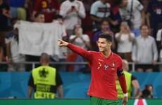 Ronaldo san bằng kỷ lục ghi bàn của huyền thoại Iran Ali Daei