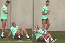 Ronaldo 'chơi khăm' Pepe trên sân tập chuẩn bị cho trận gặp Bỉ