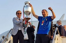 [Video] Các nhà vô địch Italy rước cúp bạc EURO 2020 về đến Rome