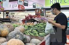 Lượng khách đến siêu thị tăng sau khi Hà Nội siết chặt phòng dịch