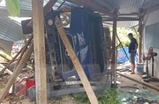 Xe tải đâm sập chốt kiểm soát COVID-19 khiến đại úy công an bị thương
