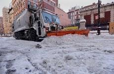 """Bão lớn gây lũ lụt tại Anh, Mỹ lại """"chìm"""" trong tuyết"""