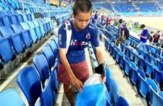 Cổ động viên Nhật Bản dùng túi bóng để cổ vũ và dọn rác